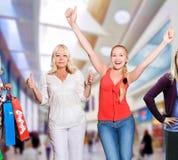 Mujeres de las compras - 50 y 25 años Imágenes de archivo libres de regalías