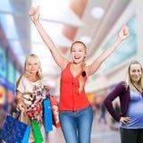 Mujeres de las compras - 50 y 30 años Imagen de archivo libre de regalías