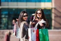 Mujeres de las compras al aire libre Imagen de archivo libre de regalías