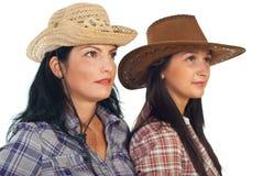 Mujeres de los amigos con el sombrero de vaquero Imagen de archivo libre de regalías