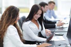 Mujeres de los colegas que trabajan en la tableta digital Fotos de archivo