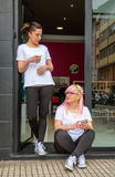 Mujeres de los peluqueros en un rato del descanso para tomar café Foto de archivo