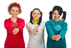 Mujeres de los pijamas que dan los lollipops coloridos Foto de archivo libre de regalías