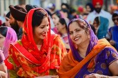 Mujeres de los sikhs del devoto que sonríen y que marchan Fotos de archivo