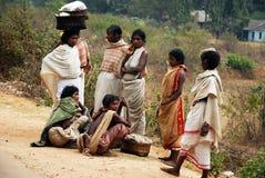Mujeres de los tribeâs de Dongria Kondh en el mercado semanal Imágenes de archivo libres de regalías