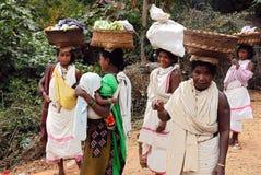 Mujeres de los tribeâs de Dongria Kondh en el mercado semanal Fotografía de archivo libre de regalías