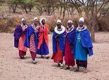 Mujeres de Maasai delante de su pueblo en Tanzania, África Imágenes de archivo libres de regalías