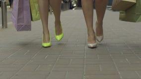 Mujeres de moda que llevan los panieres en la calle almacen de metraje de vídeo