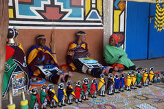 Mujeres de Ndebele en la alineada tradicional (Suráfrica) Foto de archivo