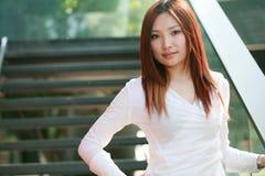 Mujeres de negocios asiáticas jovenes Imagen de archivo libre de regalías