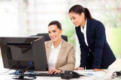 Ordenador de las mujeres de negocios Imagen de archivo libre de regalías