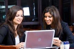 Mujeres de negocios con el ordenador Imagenes de archivo