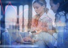 Mujeres de negocios con el teléfono y el ordenador portátil detrás de la capa azul del gráfico de la flecha y de la carta Imagenes de archivo