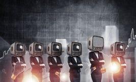 Mujeres de negocios con la TV vieja en vez de la cabeza Foto de archivo libre de regalías