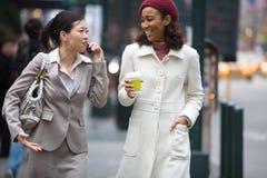 Mujeres de negocios de la ciudad imagenes de archivo