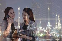 Mujeres de negocios de la exposición doble/refinería de petróleo Imagen de archivo libre de regalías