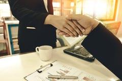 Mujeres de negocios del apretón de manos del hombre de negocios imagen de archivo libre de regalías