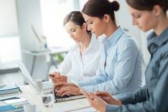 Mujeres de negocios eficientes que trabajan junto Fotos de archivo libres de regalías