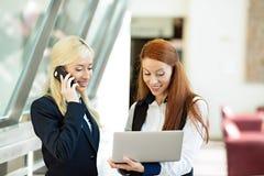 Mujeres de negocios emocionadas, surpirsed que reciben buenas noticias vía correo electrónico Foto de archivo