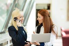 Mujeres de negocios emocionadas, surpirsed que reciben buenas noticias vía correo electrónico Fotografía de archivo libre de regalías