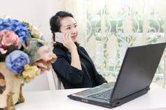 Mujeres de negocios en la comunicación del cliente foto de archivo libre de regalías