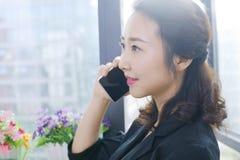 Mujeres de negocios en la comunicación del cliente fotos de archivo