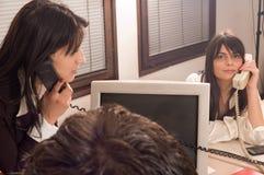 Mujeres de negocios en la oficina Imágenes de archivo libres de regalías