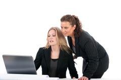 Mujeres de negocios en oficina fotos de archivo