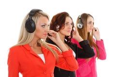 Mujeres de negocios felices con las auriculares. foto de archivo libre de regalías
