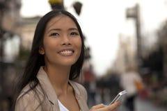 Mujeres de negocios jovenes con el teléfono celular Fotografía de archivo