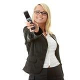 Mujeres de negocios jovenes con el teléfono móvil Fotos de archivo