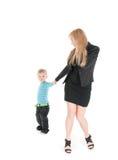 Mujer de negocios joven que habla por el teléfono y su hijo sobre el fondo blanco Imagen de archivo