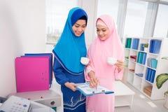 Mujeres de negocios musulmanes Fotos de archivo libres de regalías