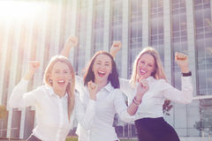 Mujeres de negocios que celebran su éxito imagen de archivo