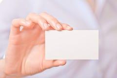 Mujeres de negocios que dan una tarjeta de visita Fotografía de archivo