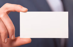Mujeres de negocios que dan una tarjeta de visita Imágenes de archivo libres de regalías