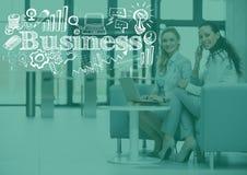 Mujeres de negocios que se sientan con la capa verde y los garabatos blancos del negocio Fotografía de archivo