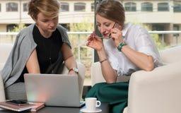 Mujeres de negocios que tienen reunión alrededor de la tabla fotos de archivo libres de regalías