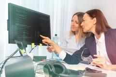 Mujeres de negocios que trabajan en el ordenador en la oficina foto de archivo libre de regalías