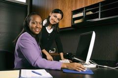 Mujeres de negocios que trabajan en oficina. Imágenes de archivo libres de regalías