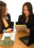 Mujeres de negocios que trabajan junto fotos de archivo