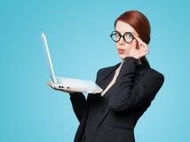 Mujeres de negocios sorprendidas con el ordenador portátil Fotografía de archivo libre de regalías
