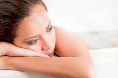 Mujeres de pensamiento hermosas tristes en tina de baño foto de archivo