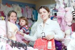 Mujeres de tres generaciones en la tienda de la ropa Fotos de archivo