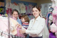 Mujeres de tres generaciones en la tienda de la ropa Fotografía de archivo