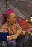 Mujeres de un Hmong de la flor debajo de un paraguas en Bac Ha Fotos de archivo libres de regalías
