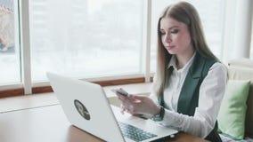 Mujeres de un negocios que trabajan con el ordenador portátil en café almacen de video