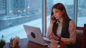 Mujeres de un negocios que trabajan con el ordenador portátil en café metrajes