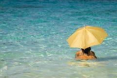 Mujeres debajo de un paraguas 2 foto de archivo