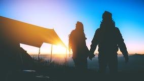 Mujeres del amante y naturaleza asi?tica del viaje de los hombres El viaje se relaja E El acampar en la monta?a mire la subida de fotos de archivo